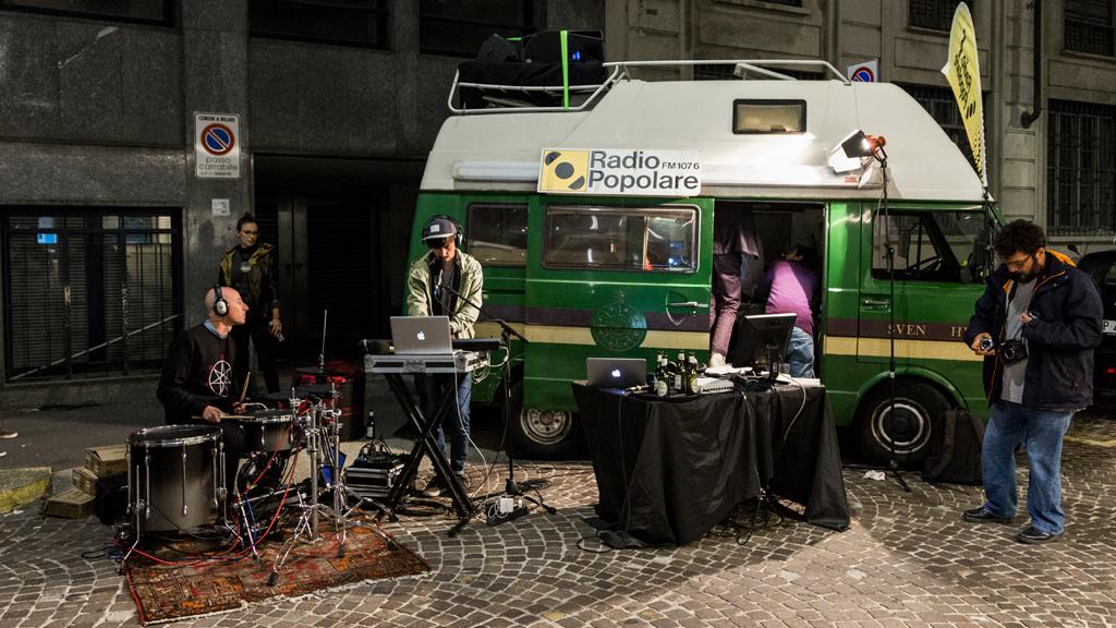 L'unità mobile di Radio Popolare fuori dall'Anteo spazioCinema  © Giulia Bottiani
