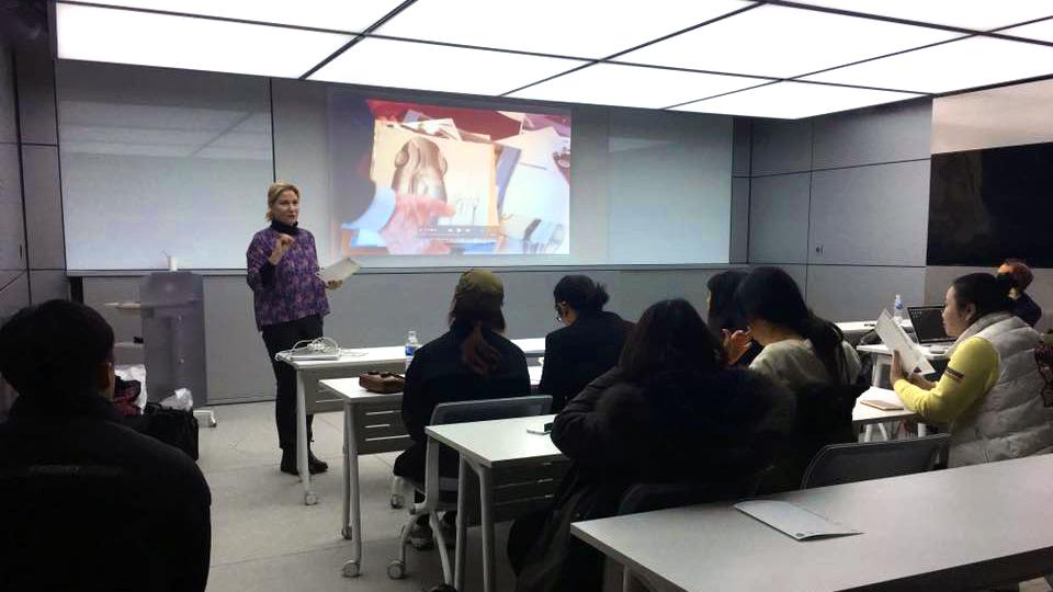 """Antonella Dedini, cofondatrice e co-curatrice di MDFF in un momento della presentazione della rassegna """"Glimpse on the Italian Way"""""""