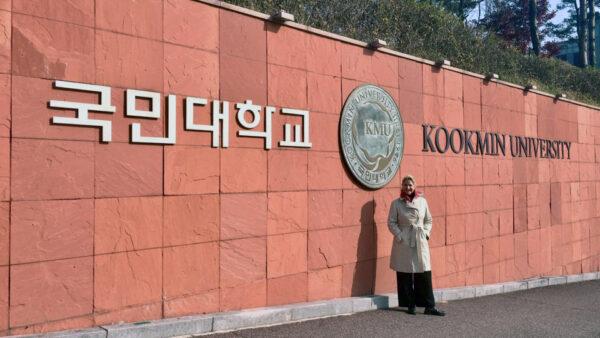 Antonella Dedini, cofondatrie e co-curatrice di MDFF, all'ingresso della KMU Kookmin University di Seoul